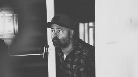 SKEPTISK: Mye rart foregår i den splitter nye videoen til Nils Jørgen Nygaard og resten av gjengen i Dog Valley Fever.