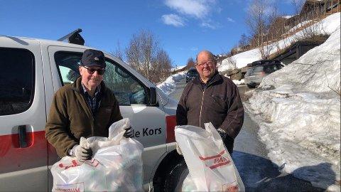 TOMGODSTRANSPORT: F.v. Erik Robøle (77) og Birger Martinsen (85) bruker store deler av påska til å samle inn tomgods til inntekt for Røde Kors.