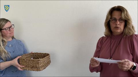 JOBBTREKNING: Sommerjobbtrekningen ble foretatt av personalkonsulent Tone Ingvaldsen (t.v.) og ordfører Anne Hagenborg.