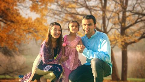VIDEOBLOGGERNE: Familien Keprate lager videoer om livet deres i Norge. Både Shailja Keprate (34), Arvind Keprate (36) og deres datter Ava (4) synes Gjøvik er kjedelig.