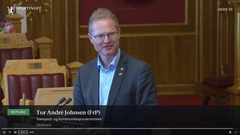 JUSTERTE EGET FORSLAG: I tolvte time forslo Tor André Johnsen at Nye Veier får bygge riksvei 4 helt til Jaren. Han påpeker at Frp med det justerer seg mot en kommentar fra Senterpartiet.