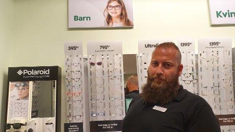 NEDGANG I BRILLESALGET TIL BARN: Optiker Holgeir Klausen hos Specsavers i Gjøvik anslår at rundt 80 prosent færre får støtte til briller til barn.