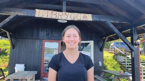 KIOSKVERT: Julie Anna Engelijordet (15) sørger for at båtfolket på Randsfjorden får seg is og kaffe denne sommeren.