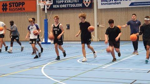 FULLT KJØR: Over 30 på trening lover godt for kommende turneringer og seriespill.
