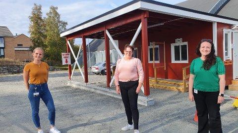 BLI I BILEN: Karoline Duenger, Hilde Synnøve Pettersen og Svanhild Hansen oppfordrer de som skal teste seg til å bli i bilen, respektere skiltingen og gå til luken de står i kø for.