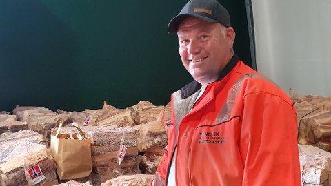 VEDHOTELLEIER: Harald Sandvik selger mengder av ved. Og for den som ikke kan lagre veden selv, tilbyr Sandvik Ved «vedhotell».