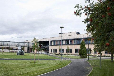 BLIR STØRRE: Ås videregående skole er en av fylkets største videregående skoler med 1100 elever. Nå foreslår fylkesrådmannen å utvide elevtallet til 1.650