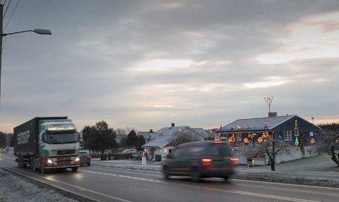 LYSER OPP: Julehuset til Tore Karlsen lyser opp på Sneissletta.