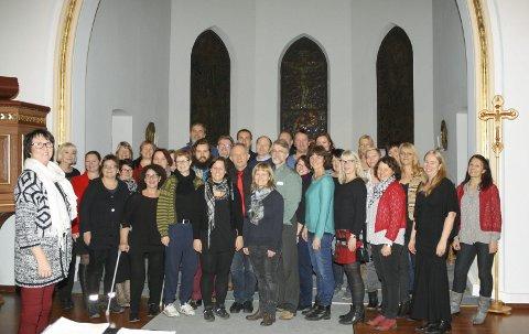 KIRKEKONSERT: ÅsEnsemblet med dirigent Inger Torbjørnsen (t.v.) inviterer til julekonsert i Ås kirke sent lille julaften. FOTO: KARIN HANSTENSEN
