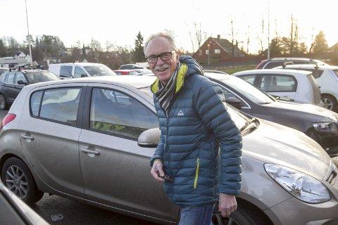 FORNUFTIG: – Jeg kjører alltid forsiktig, sier Teis Østergaard, som ser godt for når han parkerer foran XXL i Ski. Begge foto: bjørn v. Sandness