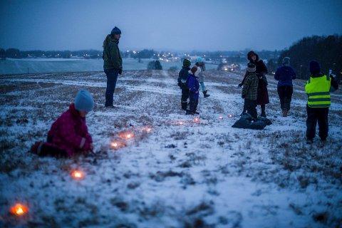 MANGE: Barn og voksne i alle aldre hadde møtt opp for å markere vintersolvervet.