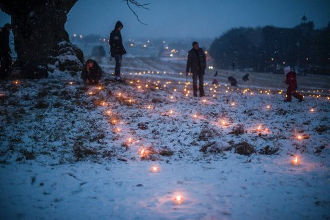 EIKA: Det var rundt eika på Kjærringjordet i Ås at faklene ble tent.