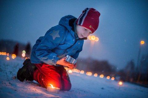 BLI LYS:  David Dahl Rogge (8) var med på å tenne lysene på Kjærringjordet i Ås søndag ettermiddag. ALLE FOTO: DANIEL GAUSLAA