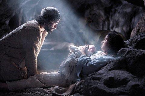 """UNDERET: Maria fødte sitt barn i en stall. Bildet er hentet fra filmen """"Veien til Betleheom"""", med Keisha Castle-Hughes som Maria og Oscar Isaac som Josef. (Foto: Metropolitan Filmes)"""
