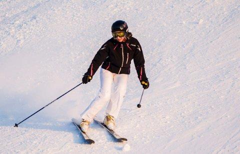 VALSEN: Kristin Larsen snodde seg elegant ned bakken i Ingierkollen på årets første snødag. (Foto: Eirik Løkkemoen Bjerklund)