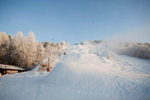 HAUG PÅ HAUG: Det mangler ikke snø i Ingierkollen. (Foto: Eirik Løkkemoen Bjerklund
