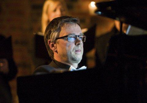 STØDIG: Ulf Krupka håndterte både flygel og orgel under konserten i Ski nye kirke lille julaften. FOTO: EIRIK L. BJERKLUND