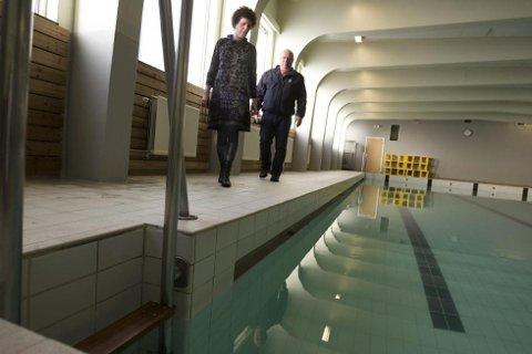SKI BAD: Rektor Vigdis M. Halvorsen og avdelingsleder for drift og vedlikehold, Arnold Bjerke, beklager at badet må holdes stengt i to måneder. BEGGE FOTO: BJØRN V. SANDNESS