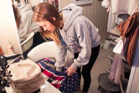 Rebekka (17) pakker bagen stadig vekk og føler ikke at hun har orden på tingene sine. Foto: Mari Tømt Carlsen
