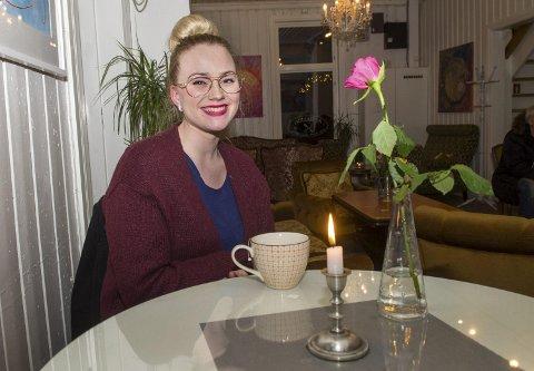 Flere ved bordet: Astdis Palsdottir skulle gjerne ha hatt noen venninner å gå på kafé med. Etter fb-meldingen tror hun det ordner seg. Foto: Kari kløvstad