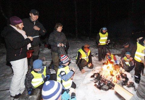 GJEST: Ordfører Anne Kristine Linnestad besøkte gruppeleder Oskar Kleven og de andre i 1. Ski speidergruppe tirsdag kveld, da det var kickoff for Friluftslivets år. FOTO: STIG PERSSON