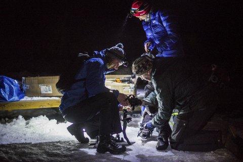 På med skøytene: Susanne Klint (til venstre) hjelper til med å ta på skøytene til Ann-Helen Storhauge. Venninne tok seg turen til Syverudtjern, onsdag, etter å ha fått mersmak forrige helg. ALLE FOTO: DANIEL GAUSLAA