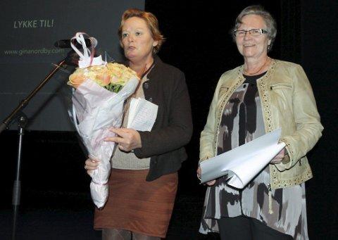 TVERRFAGLIG: Kommunalsjef Anita Nilsen i Nesodden kommune overrakte Kompetansehjulets Fagutviklingspris til Liv Marit Bølset fredag. FOTO: VIVI RIAN