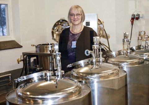 Bryggerisjef: – Det er kjempespennende for her tråkker vi upløyd mark, sier forsker Trude Wicklund blant blanke bryggerikjeler i ølbryggeriet ved NMBU. foto: Solveig wessel