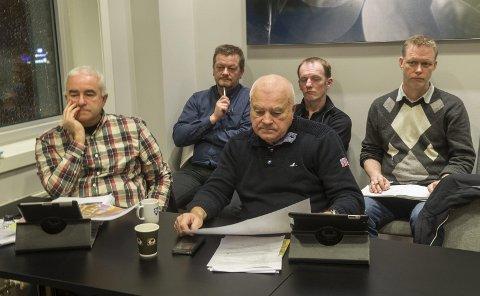 Følger med: Høyres Helge Bunæs (til venstre) og Jostein Nyhammer bor begge på Langhus og fronter saken. Her følger de med på behandlingen i kommuneplanutvalget. Planene for Langhus legges snart ut på høring sammen med de nye punktene. Foto: Kari Kløvstad