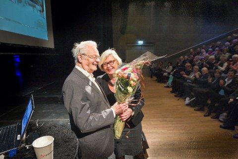 Sigurd Birkelund fikk overrakt blomster fra Svanhild S. Kvernaas som er leder  av Seniorakademiet i Oppegård