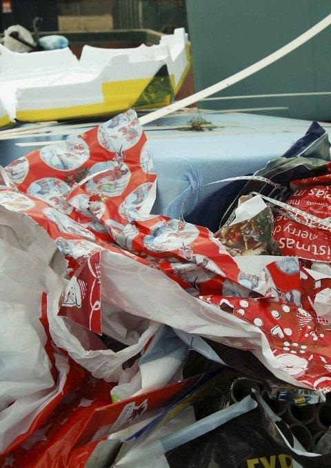 STERKE FARGER: Julepapir med sterke farger egner seg ikke for gjenvinning.