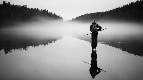Magisk stemning på Langen. Per Sollerman understreker at sikkerhet er viktig når man går på skøyter på islagte vann.