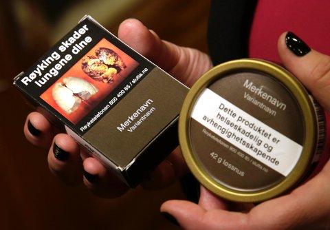 Slik vil den nye embalasjen for snus og røyk se ut. FOTO: NTB SCANPIX