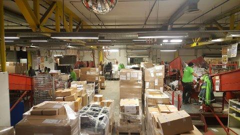 TRAVELT: Postens godssenter har distribuert 3,7 millioner pakker i desember. Det er rekord.
