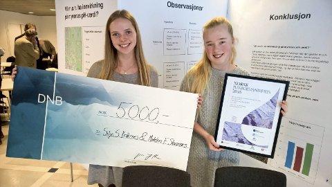 Jubel: Susanne Havsberg og Mathilde Glende Klausen fra Ski ungdomsskole vant. Pengepremien ble fordelt mellom elevene og klassen deres.
