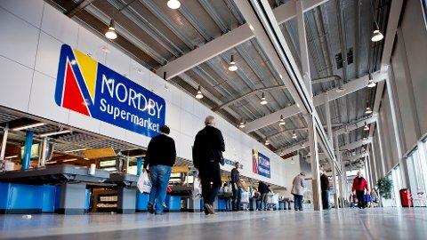 POPULÆRT: Nordmenn benytter seg av lave priser og stort utvalg av mat og varer på Nordby Supermarket i Svinesund.