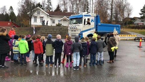 STOR INTERESSE: Det var mange barn og voksne som lærte nye ting og fikk seg noen oppdagelser underveis i trafikksikkerhetsdagen.