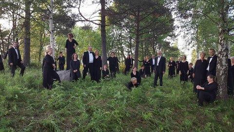 BLOMSTER OG BIER: Kjærlighet er gjennomgangstema når Follo kammerkor inviterer til konserter i Ski og Ås søndag 15. april.