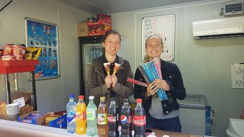VÆR SÅ GOD: Mathilde (til venstre) og Vilde er to av av de mange frivillige som ønsker velkommen til tørste, sultne og issugne gjester på Breivoll i sommer.