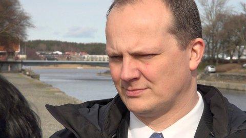 Samferdselsminister Ketil Solvik-Olsen kan ikke love noe utover de føringene som allerede ligger i utbedring av Sanderveien.