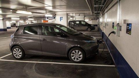 NÅ SKAL DET KOSTE PENGER: Det har vært gratis å lade elbil på de kommunale ladeplassene i Oslo. Nå faser kommunen inn betaling, og håper at det vil frigjøre plasser til de som faktisk har behov.