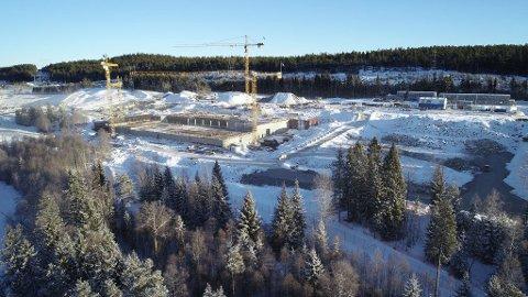 REISER SEG: I flere av byggene er kjeller og første etasje allerede reist, og innredningsarbeider skal starte.