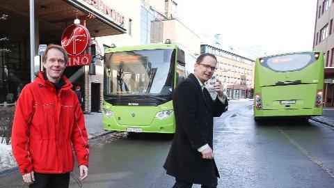 BUSS FOR TOG: Ruteplanlegger Olav Raanaas Moen og informasjonsrådgiver Knut-Martin Løken tror en bussrute mellom Follo og Oslo ville blitt kjørt med et stort antall tomme busser store deler av tiden. Arkivfoto: Bjørn Sandness