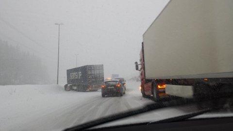 DÅRLIG SKODD: Dårlig skodde vogntog er et gjentakende problem på norske vinterveier.