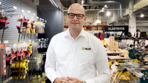 I SVERIGE: Geir Thomas Fossum ukespendler til jobben i Beijer Byggmaterial i Sverige.