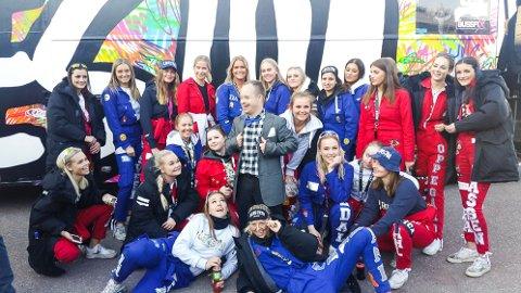 POPULÆRT BESØK: Russebussen Lekestua hadde reist helt fra Oppegård til Røde Kors' påskeleir for ungdom med Downs syndrom på Tjøme.