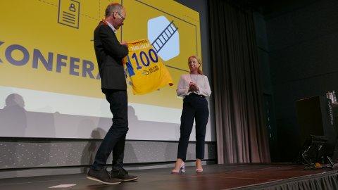 FIKK DRAKT: Arbeidsminister Anniken Hauglie fikk overrakt en Ski-drakt av Per Christian Langset da hun åpnet konferansen om inkludering i arbeidslivet.