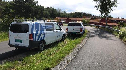 Mannskaper Hafslund er på plass ved krysset Grunnfjelssveien og Hogstvedtveien ved 12-tiden mandag.