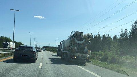 Lastebilen har fått problemer på E6.
