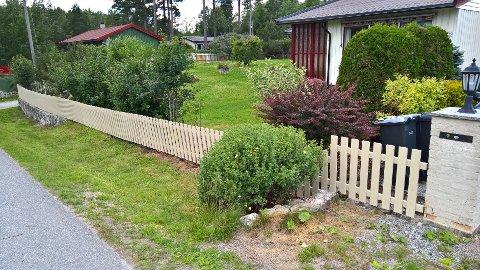 FØR: Slik så det ut før Ski kommune fjernet støttemur og gjerde og gravde opp grøfta for å legge nye rør til vann og avløp.